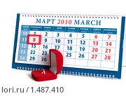 Купить «Календарь с датой 8 марта и красная коробочка с золотым кольцом», фото № 1487410, снято 18 февраля 2010 г. (c) Андрей Некрасов / Фотобанк Лори