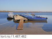 Купить «Лодки и катер у понтона», эксклюзивное фото № 1487482, снято 7 апреля 2009 г. (c) Алёшина Оксана / Фотобанк Лори