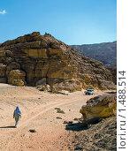 Человек идёт по пустынной дороге в Египте (2009 год). Стоковое фото, фотограф Елена Воронова / Фотобанк Лори