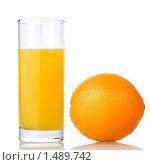 Купить «Стакан сока и апельсин», фото № 1489742, снято 21 января 2010 г. (c) Ярослав Данильченко / Фотобанк Лори