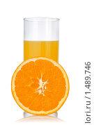 Купить «Стакан сока и апельсин», фото № 1489746, снято 21 января 2010 г. (c) Ярослав Данильченко / Фотобанк Лори