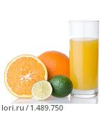 Купить «Стакан сока и фрукты», фото № 1489750, снято 21 января 2010 г. (c) Ярослав Данильченко / Фотобанк Лори