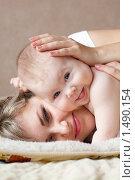Купить «Счастливый ребенок с мамой», фото № 1490154, снято 15 февраля 2009 г. (c) Владимир Сурков / Фотобанк Лори