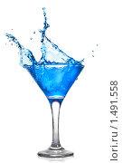 Купить «Бокал с синим напитком», фото № 1491558, снято 18 января 2010 г. (c) Ярослав Данильченко / Фотобанк Лори