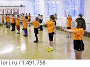 Купить «Урок физкультуры в школе. Дети делают зарядку в спортивном зале», фото № 1491758, снято 29 декабря 2009 г. (c) Анастасия Семенова / Фотобанк Лори