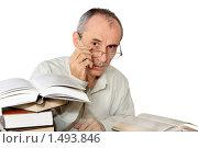 Мужчина средних лет с книгами на белов фоне. Стоковое фото, фотограф Левончук Юрий / Фотобанк Лори