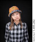 Купить «Девушка в разноцветной шляпе корчит гримасы», фото № 1495282, снято 14 февраля 2010 г. (c) Руслан Кудрин / Фотобанк Лори