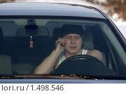 Молодой человек разговаривает по мобильному телефону за рулём автомобиля. Стоковое фото, фотограф Алексей Крылов / Фотобанк Лори