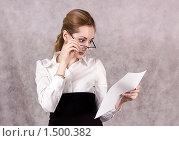 Купить «Секретарша изучает документ», фото № 1500382, снято 9 декабря 2008 г. (c) Лукьянов Иван / Фотобанк Лори
