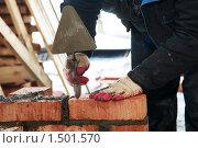 Купить «Каменщик кладёт кирпич», фото № 1501570, снято 23 февраля 2010 г. (c) Дмитрий Калиновский / Фотобанк Лори