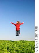 Купить «Девушка в красном прыгает в поле на фоне неба», фото № 1501798, снято 12 апреля 2009 г. (c) Арестов Андрей Павлович / Фотобанк Лори