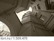 Купить «Узкий двор-колодец в Санкт-Петербурге, взгляд вверх. Черно-белое изображение», фото № 1509470, снято 25 мая 2009 г. (c) Max Toporsky / Фотобанк Лори