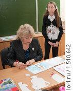 Купить «Учитель проверяет выполненную работу ученицы», фото № 1510642, снято 26 февраля 2010 г. (c) Федор Королевский / Фотобанк Лори