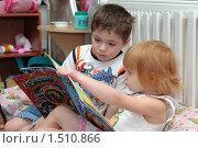 Купить «Дети в детском саду смотрят книгу», эксклюзивное фото № 1510866, снято 27 ноября 2007 г. (c) Вячеслав Палес / Фотобанк Лори