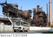 Купить «Автобус на фоне старинного завода», фото № 1517014, снято 16 августа 2008 г. (c) Art Konovalov / Фотобанк Лори