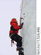 Ледолаз лезет по льду на тренировке (2010 год). Редакционное фото, фотограф Елена Чердынцева / Фотобанк Лори