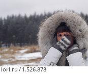 Девушка в меховом капюшоне прикрывает лицо рукой в варежке. Стоковое фото, фотограф Назвин Алексей / Фотобанк Лори