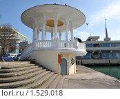 Купить «Ротонда на мелководном причале в морском порту Сочи», фото № 1529018, снято 28 февраля 2010 г. (c) Константин Бредников / Фотобанк Лори