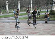 Молодые люди, занимающиеся джампингом (2008 год). Редакционное фото, фотограф Татьяна Трофимова / Фотобанк Лори