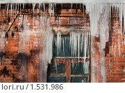 Купить «Большие весенние сосульки, свисающие с крыши здания», фото № 1531986, снято 6 февраля 2010 г. (c) Илья Андриянов / Фотобанк Лори