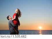 Влюбленная пара на пляже на закате. Стоковое фото, фотограф Фурсов Алексей / Фотобанк Лори