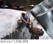 Переливание дизельного топлива из ведра в топливный бак. Фрагмент. Стоковое фото, фотограф Алёшина Оксана / Фотобанк Лори