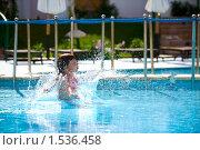 Купить «Девочка купается в бассейне», фото № 1536458, снято 18 февраля 2010 г. (c) Ольга Сапегина / Фотобанк Лори