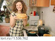 Купить «Девушка, выпекающая блины», фото № 1536762, снято 14 февраля 2010 г. (c) Дмитрий Яковлев / Фотобанк Лори