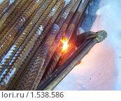 Купить «Резка арматуры газовой горелкой. Фрагмент», эксклюзивное фото № 1538586, снято 18 декабря 2009 г. (c) Алёшина Оксана / Фотобанк Лори