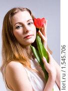 Купить «Красивая девушка с тюльпаном», фото № 1545706, снято 11 марта 2010 г. (c) Ольга С. / Фотобанк Лори