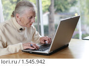Пожилая дама печатает на ноутбуке. Стоковое фото, фотограф Константин Сутягин / Фотобанк Лори