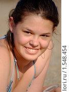 Купить «Портрет улыбающейся девушки на пляже», фото № 1548454, снято 6 июня 2009 г. (c) Наталия Ефимова / Фотобанк Лори