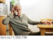 Купить «Пожилая женщина говорит по телефону», фото № 1550738, снято 11 ноября 2007 г. (c) Константин Сутягин / Фотобанк Лори