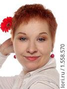 Купить «Портрет счастливой рыжеволосой девушки в студии с цветком», фото № 1558570, снято 13 декабря 2009 г. (c) Наталья Белотелова / Фотобанк Лори