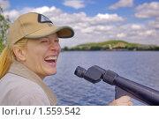 Купить «Смеющаяся девушка с подзорной трубой», фото № 1559542, снято 6 декабря 2019 г. (c) Александр Рябов / Фотобанк Лори