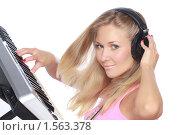 Купить «Крупный портрет молодой симпатичной девушки с наушниками, играющей на миди-клавиатуре», фото № 1563378, снято 28 декабря 2009 г. (c) Александр Егорин / Фотобанк Лори