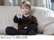 Купить «Мальчик с пультом дистанционного управления», фото № 1565230, снято 10 января 2010 г. (c) Кирилл Половной / Фотобанк Лори
