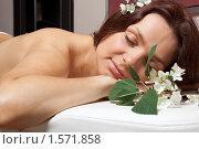 Купить «Молодая женщина на процедуре массажа в спа-салоне», фото № 1571858, снято 11 июля 2009 г. (c) Мельников Дмитрий / Фотобанк Лори