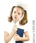 Задумчивая школьница с блокнотом и ручкой. Стоковое фото, фотограф Алешечкина Елена / Фотобанк Лори
