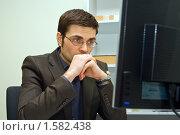 Купить «Бизнесмен смотрит на экран монитора», фото № 1582438, снято 26 января 2010 г. (c) Анна Лурье / Фотобанк Лори
