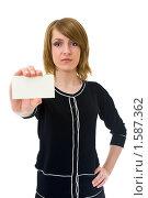 Молодая женщина показывает пустую визитную карточку. Стоковое фото, фотограф Игорь Губарев / Фотобанк Лори