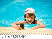 Купить «Девочка в бассейне», фото № 1587494, снято 21 июня 2009 г. (c) Ольга Сапегина / Фотобанк Лори
