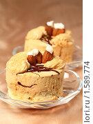 Пирожное суфле с кофейным кремом и миндалем. Стоковое фото, фотограф ElenArt / Фотобанк Лори