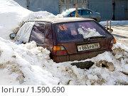 Старая заброшенная машина в снегу (2010 год). Редакционное фото, фотограф Jumbo / Фотобанк Лори