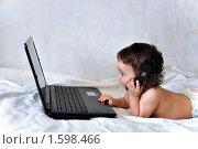 Купить «Ребенок приобщается к  информационным технологиям», фото № 1598466, снято 20 марта 2010 г. (c) Геннадий Соловьев / Фотобанк Лори