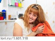 Женщина в ванной вытирает волосы после душа. Стоковое фото, фотограф Левончук Юрий / Фотобанк Лори