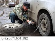 Купить «Мужчина меняет колеса», эксклюзивное фото № 1601382, снято 1 апреля 2010 г. (c) Яна Королёва / Фотобанк Лори