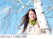 Купить «Девушка у ствола березы», фото № 1602086, снято 11 марта 2010 г. (c) Александр Маркин / Фотобанк Лори