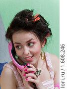 Купить «Девушка с розовым телефоном», фото № 1608246, снято 1 февраля 2010 г. (c) Лагутин Сергей / Фотобанк Лори