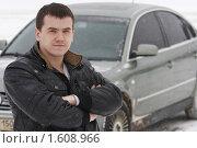 Купить «Мужчина у собственного автомобиля», эксклюзивное фото № 1608966, снято 21 февраля 2010 г. (c) Дмитрий Неумоин / Фотобанк Лори
